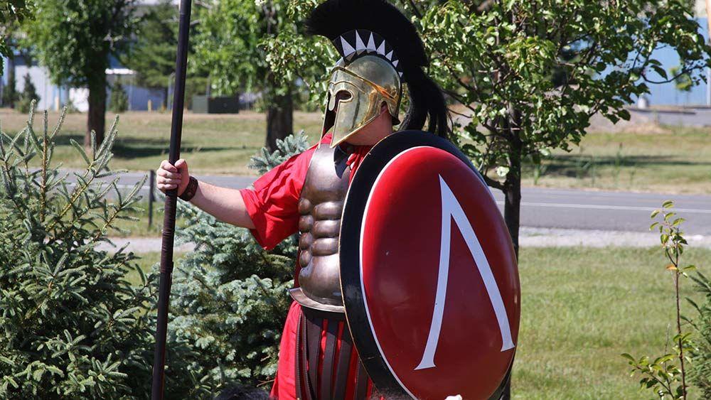Из чего состояла броня спартанцев и чем они были вооружены?
